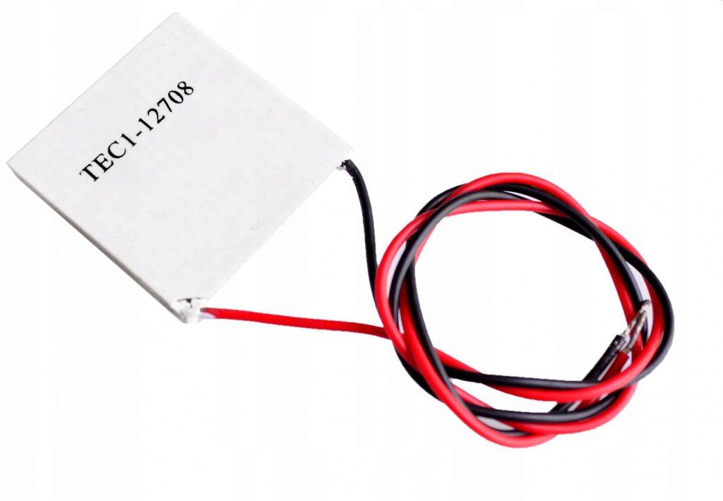 Moduł PELTIERA jest z budowane z dwóch cienkich płytek półprzewodnikowych. Przepływ prądu powoduje że z jednej strony płytka się nagrzewa, a z drugiej chłodzi. Im bardziej ochłodzimy nagrzewającą się stronę modułu, tym bardziej schłodzi się druga strona. Jesteśmy bezpośrednim importerem ogniw Peltiera. Dbamy, aby były najwyższej jakości. Cały proces produkcji jest nadzorowany przez naszą firmę. Moduł ogniwo Peltiera TEC1-12708 0-12V 10A 120W Model TEC1-12708 TEC1-12708 Moc pobierana max: 120 W Moc odprowadzana max: 68,8 W Prąd I max: 8 A Napięcie: 12V (max 15,V) Rezystancja: 1,8-2,4 Ω Delta Tmax: 60-67 °C Wymiary: 40x40x3,9 mm Najwyższa zmierzona sprawność przy 9V! Zastosowanie w: Moduły termoelektryczne mają szerokie zastosowanie w: Chłodzeniu nagrzewających się elementów elektronicznych Chłodzeniu generatorów wysokiej mocy Chłodzeniu diod laserowych Komorach do przechowywania win Komorach klimatycznych Przenośnych lodówkach i chłodziarkach Przechowywaniu i transporcie tkanek oraz preparatów biologicznych Termostatach do akwariów i terrariów Innych procesach i urządzeniach wymagających precyzyjnej regulacji temperatury. Najwyższa zmierzona sprawność przy 9V!